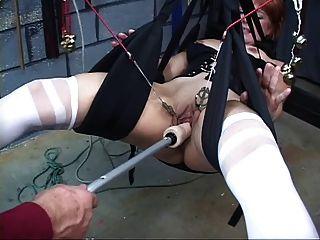 nett, reife Rothaarige bekommt ihre Muschi mit in einem Sex-Schaukel toyed