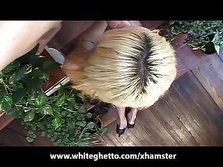 dünne blonde Shemale reitet Hahn wie ein Profi
