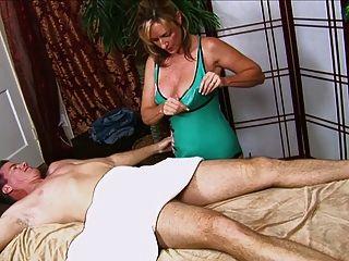 Mann bekommt einen Handjob von heißen Mütter