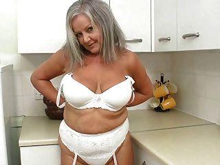geile Oma in der Küche