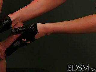bdsm xxx Sklavenjungen in Metallbestände, wie er erhält anal