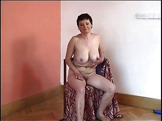 Big Tit Oma setzt auf eine Show für Sie