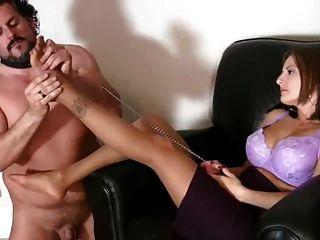 Slave an der Leine leckt Füße in Strumpfhosen