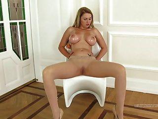Blondine mit massiven Brüste in Strumpfhosen Dildo auf Klitoris
