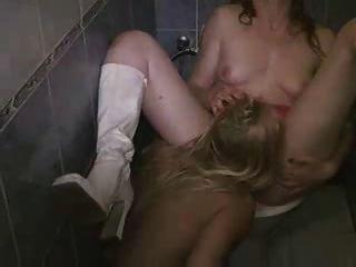 hot blonde Lesben leckt nasse Muschi