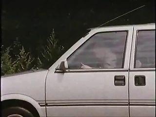 alter Mann mit Nutte im Auto