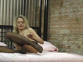 nuttig blonde spreizt ihre Schamlippen breit