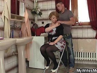 seine Frau kommt heraus und er knallt ihre Mutter