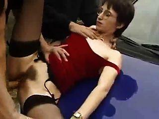 französisch Frau mag saugt und ficken in der Öffentlichkeit
