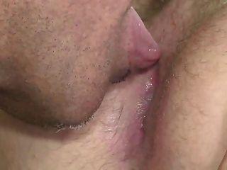 grauen Schnurrbart Papa macht seinen Jungen stöhnen