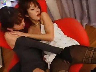 Japanische Lesben Stuhl küssen
