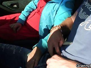 Oma Schlampe wird im Auto von einem Fremden genagelt