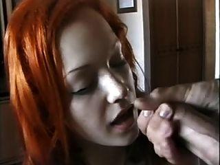 niedliche rote Leitung Mädchen saugt Hahn spritzte