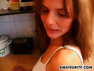 Hot Amateur MILF wird in ihrer Küche gefickt