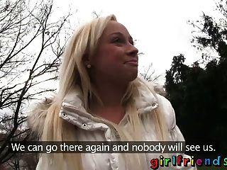Freundinnen in der Öffentlichkeit zu blinken gerade Mädchen abholen