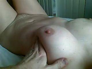 Wichsen und Cumming auf Wifes Hand.