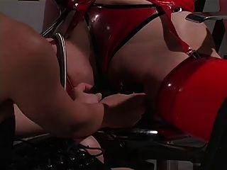 roten Latex Sklavin genießt Atem Spiel