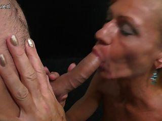 Reife Mutter saugen und hart Junge verdammt