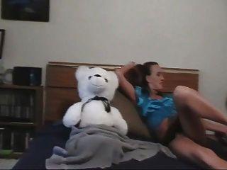 ein Mädchen und ihr Teddybär