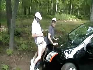 der Motorhaube seines Autos gefickt mir herüber. heiß!