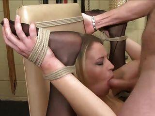 Blondie auf einem Stuhl verdoppeln