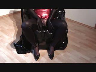 Cumming 1 in glänzender Kleidung