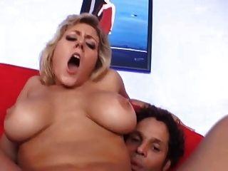 Mutter mit dicken Titten wird in den Arsch ... usb genagelt