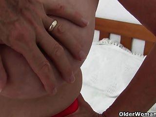 Oma mit großen Titten wird vom Fotografen Finger gefickt