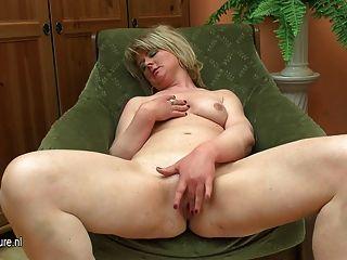 Fett reife Mutter mit ihrem Dildo spielen