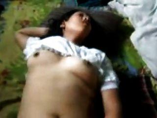 indisches Mädchen laut stöhnen, während gefickt und gefistet