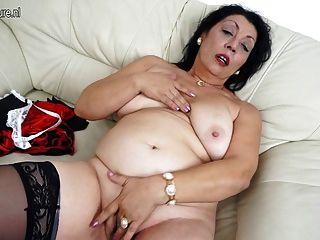 alte Mutter liebt es, auf ihrer Couch nass werden