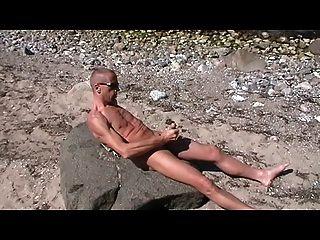 Homosexuell henndrik Solo Strand nackt cum auf Stein