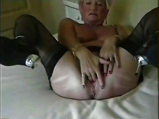 Oma Öffnung ihrer gestreckten Arsch Loch sehr breit