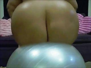 emo bbw barbi Puppe hüpft auf einem Yoga-Ball