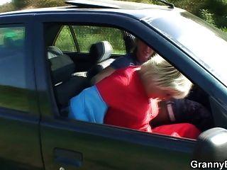 Oma bekommt im Auto geschraubt