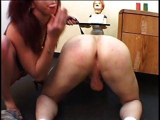 Brunette Hottie nimmt mit Strap-on ihr Jungs ass