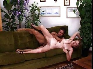 haarige italienische Mutter gefickt in Fotze und Arsch auf der Couch