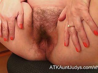 nina Streifen und breitet ihre haarige Muff