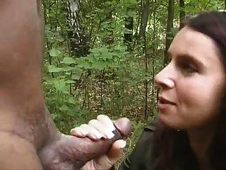 hotwife saugen schwarz in den Wald