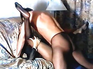 Mädchen in schwarzen Strumpfhosen durch Kerl gefickt
