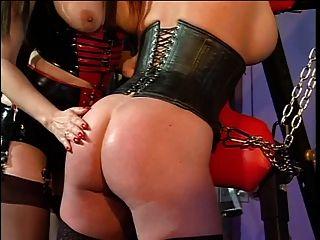 große Titten Rothaarige und ihre Herrin in eine bdsm Sitzung