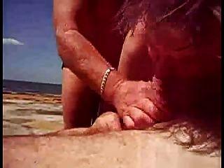 ihm helfen, am Strand cum