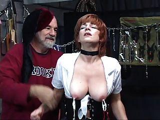 heiß, reife Rothaarige bekommt mit ihrer Pussy gespielt, saugt Schwanz in einem Sex-Schaukel