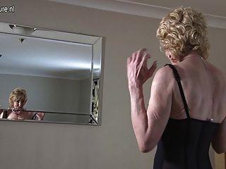 Oma zeigt ihre alten, aber immer noch heißen Körper weg