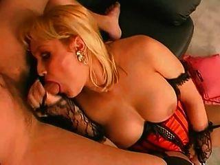 sexy Transen in Dessous genießt in großen Schwanz