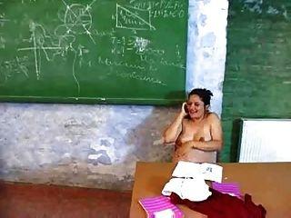 pegnant Lehrer masturbiert in ihrem Schreibtisch