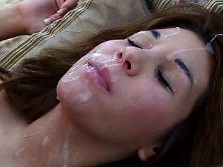 Mädchen auf dem Rücken bekommt eine große Last in ihr Gesicht und Haar