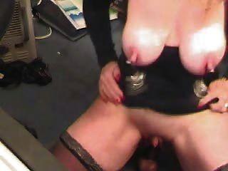 pervertieren reifen mit Klammern an Brustwarzen