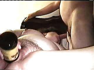 gran gibt einen bj, während eine Flasche masturbabting mit