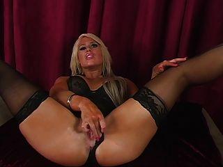 amazon Schönheit in Dessous zeigt Ihnen ihre perfekten Beine